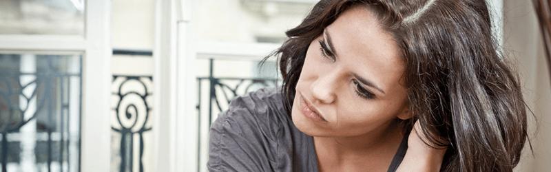 Kvinde har symptomer som hovedpine.